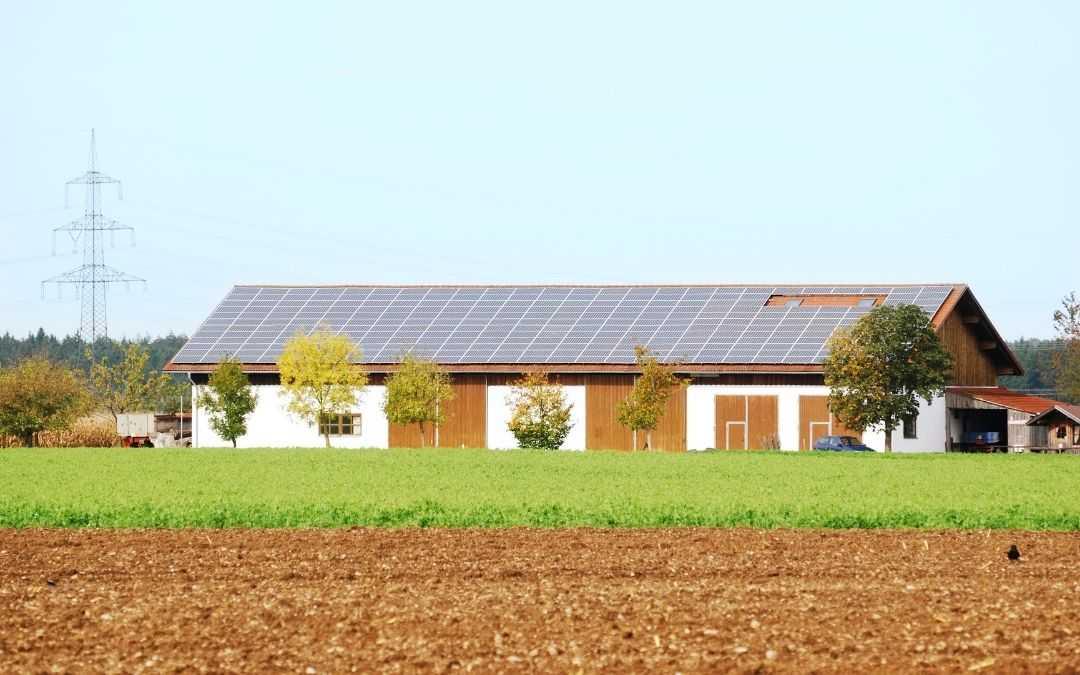 Budynek na wsi z panelami fotowoltaicznymi