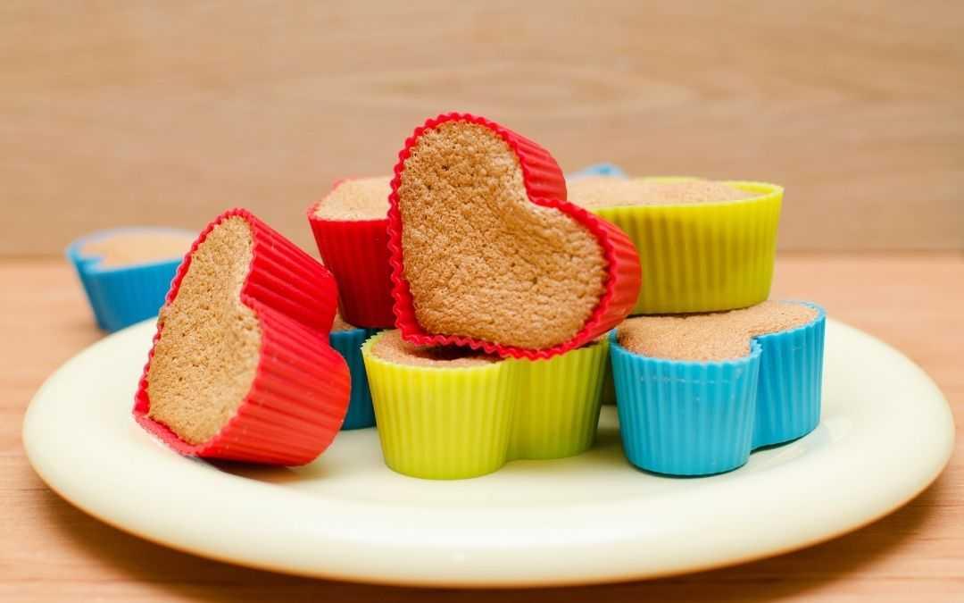 Formy silikonowe z upieczonymi ciasteczkami na talerzu