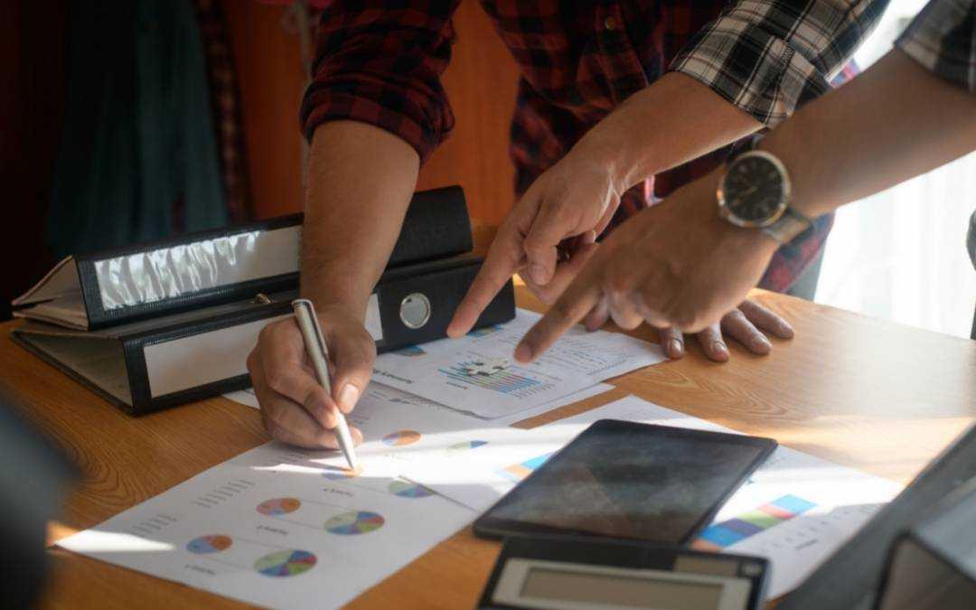 spotkanie biznesowe wymiana informacji pomiędzy partnerami biznesowymi